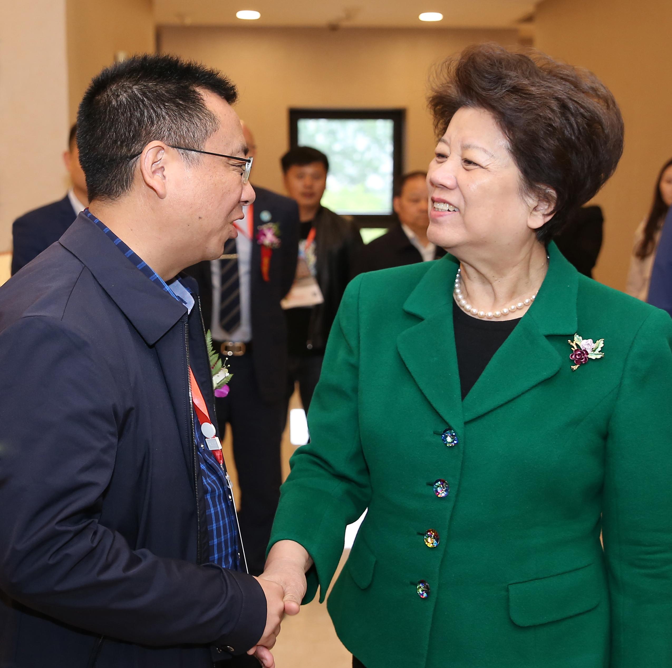 原国务委员、第十一届全国人大常委会副委员长陈至立与刘钒董事长亲切握手